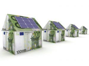 Maison avec panneaux solaires sur le toit installés grâce à prime Qualiwatt