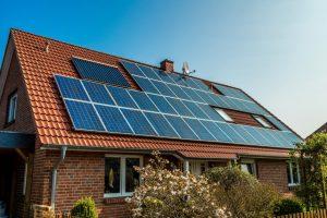Panneaux solaires sur toits posés grâce à la prime Qualiwatt