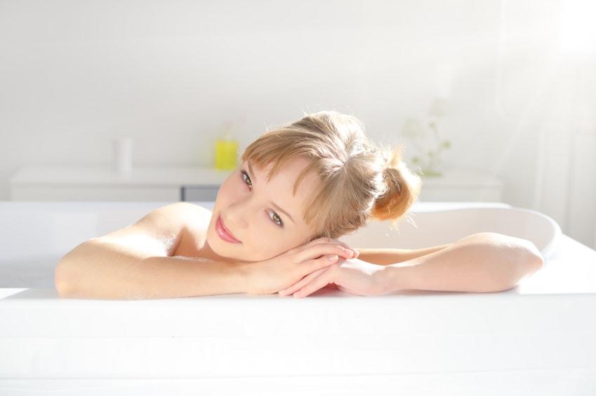 Femme qui profite de son bain grâce à son chauffe-eau solaire
