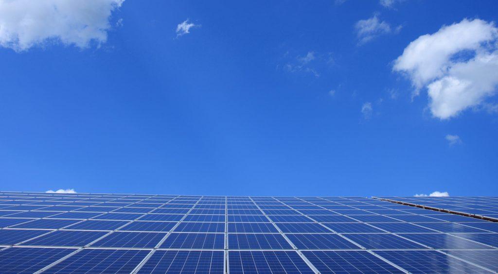 Famille heureuse grâce à une installation panneaux solaires