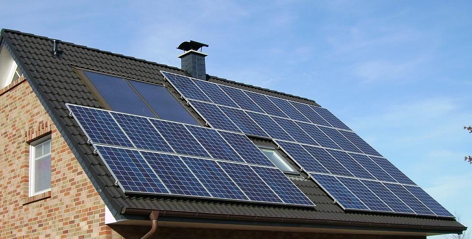 Une installation panneaux solaires sur toit