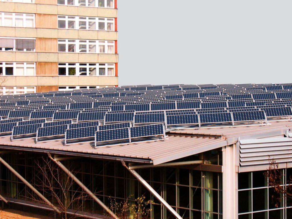 panneaux-solaire-sur-toit-plat-2
