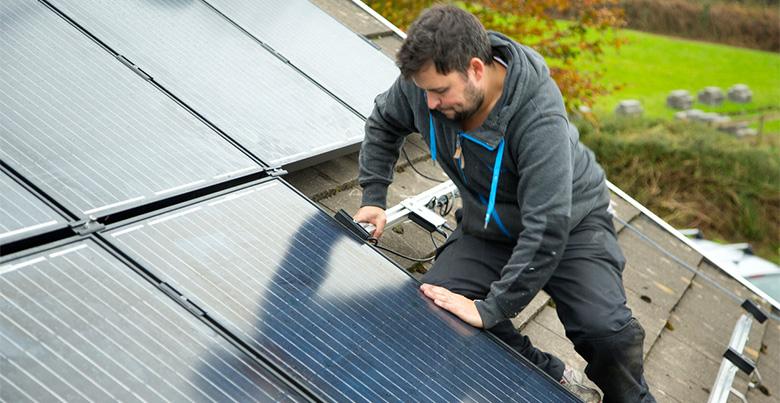 Installateur de panneaux solaires en action