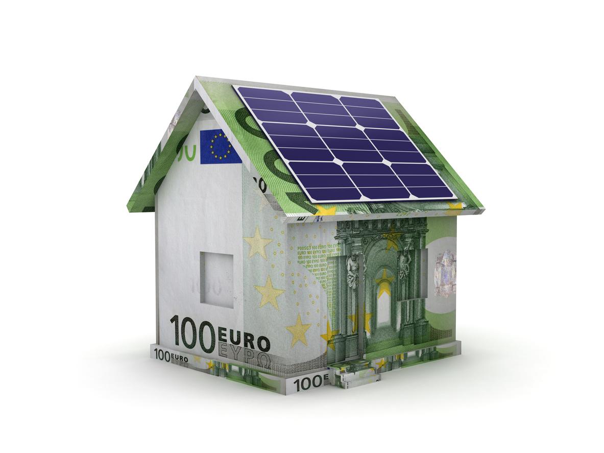 Maison en billets euros avec panneaux photovoltaiques sur le toit